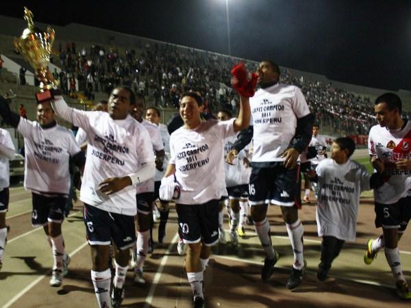 FECHA 25. José Gálvez celebra y ofrece el campeonato ante toda su gente que no dejó de creer en el equipo aún con los problemas que acudieron, y a pesar de no ganarle a Coopsol en la penúltima fecha. (Foto: Diario de Chimbote)
