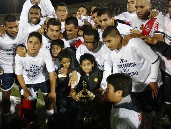 SABEN FESTEJAR. Jugadores, sus familias e hinchas de José Gálvez celebran una nueva copa en la vitrina de la franja chimbotana. (Foto: Diario de Chimbote)