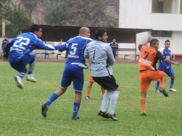 SE DEFIENDEN CON TODO. Venegas, Alegre y Sanguinetti fueron impasables durante el cotejo. El conjunto puneño tuvo mucha solidez defensiva. (Foto: Aldo Ramírez / DeChalaca.com)