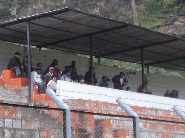 UNA BUENA VISTA. El poco público que se hizo presente en Matucana se ubicó en una zona preferencial para ver el partido y de paso para protegerse de las inclemencias del clima. (Foto: Aldo Ramírez / DeChalaca.com)