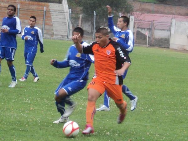 NADA QUE HACER. Vílchez estuvo impreciso en ataque y no aprovechó las ocasiones que tuvo para batir el pórtico de Venegas. (Foto: Aldo Ramírez / DeChalaca.com)