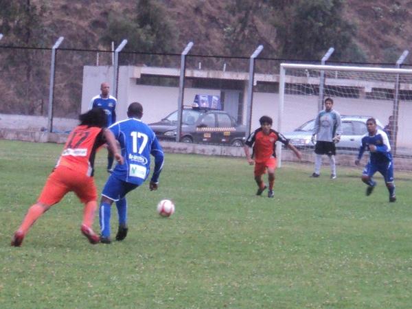 LE GANÓ EL DUELO. De la Cruz supo salir bien parado en las jugadas divididas contra Retamozo. (Foto: Aldo Ramírez / DeChalaca.com)