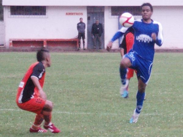 SE QUEDA PARADO. Porras no reacciona a tiempo y se ve anticipado por un jugador de Unicachi que toma posesión del balón. (Foto: Aldo Ramírez / DeChalaca.com)