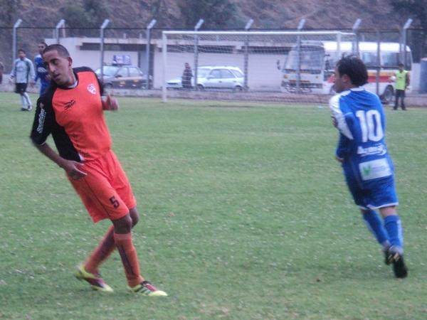 SABE MOVERSE. Ardiles fue una pesadilla para Jaime Carrión en el complemento. El joven jugador de Minero nunca supo tomarle la mano. (Foto: Aldo Ramírez / DeChalaca.com)