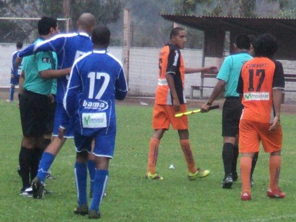 Y SE ACABÓ.  Tras el final del cotejo, los jugadores de Minero fueron a reclamarle al juez del cotejo ante  la alegría y el alivio de los jugadores de Unicachi. (Foto: Aldo Ramírez / DeChalaca.com)