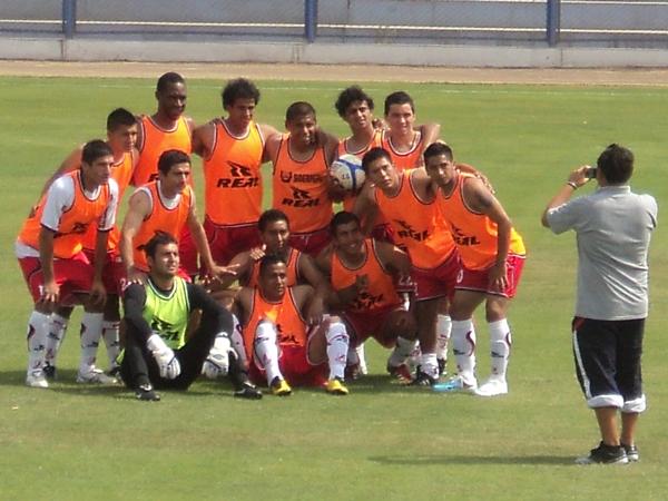 SUELTOS. Los jugadores de Gálvez se toman una foto en el calentamiento. (Aldo Ramírez / DeChalaca.com)