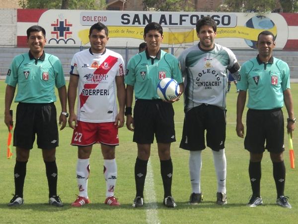 LA DE RIGOR. Los capitanes y los árbitros se tomaban la foto de rigor previa al inicio del encuentro.. (Aldo Ramírez / DeChalaca.com)