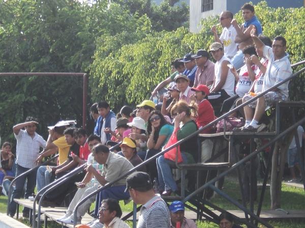 PARTIDO FAMILIAR. Un tono bastante festivo y amistoso tuvo el partido. Las tribunas contagiaron esto. (Aldo Ramírez / DeChalaca.com)