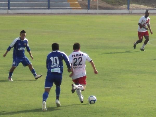 POR TODO EL FRENTE. Ricardo Salcedo buscaba generar juego desde la primera línea de volantes. (Aldo Ramírez / DeChalaca.com)