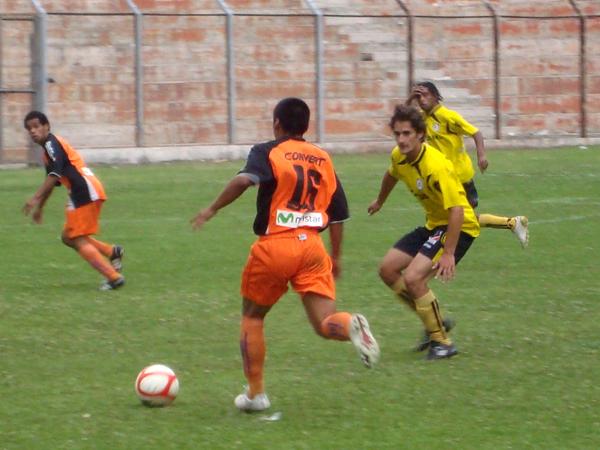 NO SE RENDÍAN. Elsar Rodas busca el ataque de Minero. El elenco local sentía el golpe de la derrota. (Foto: Paul Arrese / DeChalaca.com)