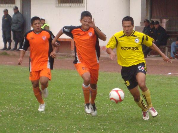 MÁS QUE OFRECER. Raúl Navarrete le pone velocidad y busca otro gol. Minero se desesperaba en la marca. (Foto: Paul Arrese / DeChalaca.com)