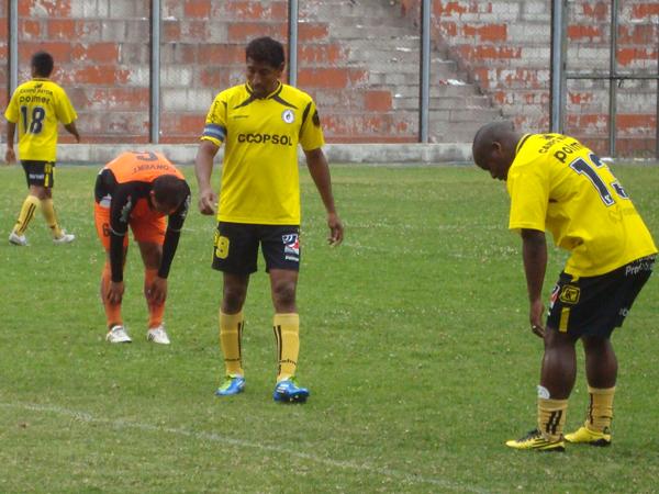 HOMBRES DE ESFUERZO. Mientras dos jugadores ya sienten el cansancio, Germán Carty se mantiene en pie. (Foto: Paul Arrese / DeChalaca.com)