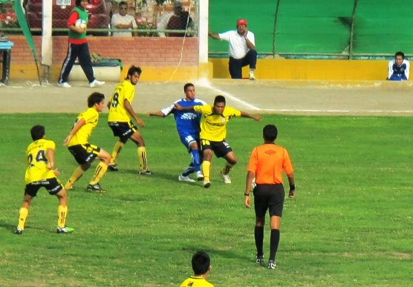NO HAY PASE. Paulo Campo evita que Zambrano pueda llegar al balón, y logra ponerle fin a una arremetida de Alianza Unicachi. (Foto: Radio Líder de Chancay)