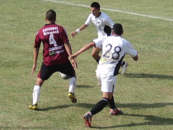 DEJA SU HUELLA. Maguiña intenta presionar la salida de los jugadores de U de América pero no consigue interceptar el balón. (Foto: Wagner Quiroz / DeChalaca.com)