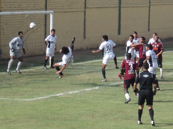 CHALACA A LA FAMA. Baldo despeja con una media chalaca un balón. (Foto: Wagner Quiroz / DeChalaca.com)