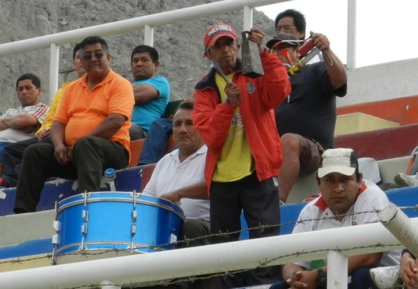 SI QUIEREN VER FIESTA. Los hinchas de Acosvinchos dijeron presente en el Municipal Solís García de Chosica. (Foto: Abelardo Delgado / DeChalaca.com)