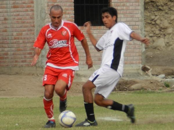 LA FIGURA. Boris Narvarte manejó los hilos de Acosvinchos, y anotó el segundo gol sobre el final del partido. Sin duda, la figura. (Foto: Abelardo Delgado / DeChalaca.com)