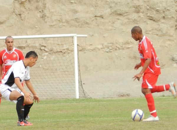 NO PARA. César Ruiz seguía encarando a rivales y creando peligro en arco rival. Buscaba asegurar el marcador. (Foto: Abelardo Delgado / DeChalaca.com)
