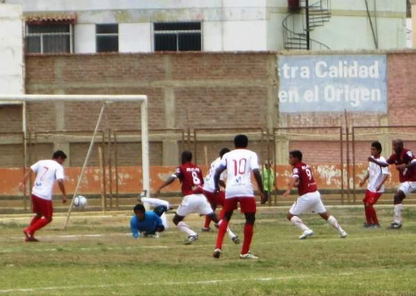 MIEDO EN EL ÁREA. Vidal se presta a despejar un balón ante la mirada del portero Calderón, quien se encontraba en el piso tras tapar un remate. (Foto: Diario La Hora de Piura)