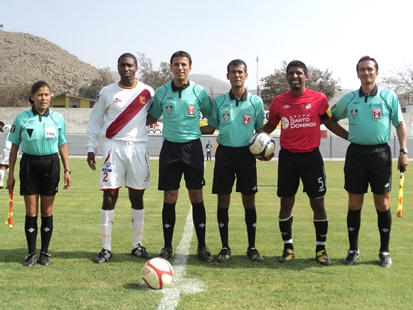 PARA LA POSTERIDAD. Los capitanes de ambos equipos, Marengo y Chávez, posaron con su mejor semblante para la foto junto con la terna arbitral. (Foto: Aldo Ramírez / DeChalaca.com)