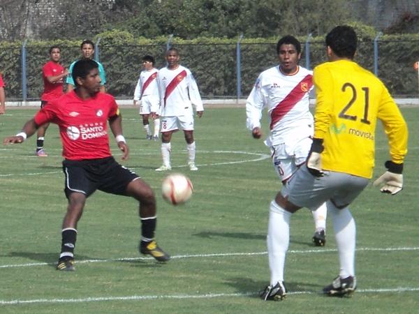 TRABAJO EN EQUIPO. Chávez intenta obstruirle el paso a Ramírez para que Náquira pueda controlar un balón sin dificultad. (Foto: Aldo Ramírez / DeChalaca.com)