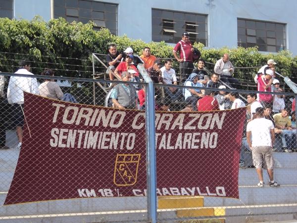 GRATA COMPAÑÍA.  Un pequeño grupo de hinchas del 'Taladro' se hizo presente en Santa Clara para alentar a su equipo. (Foto: Aldo Ramírez / DeChalaca.com)