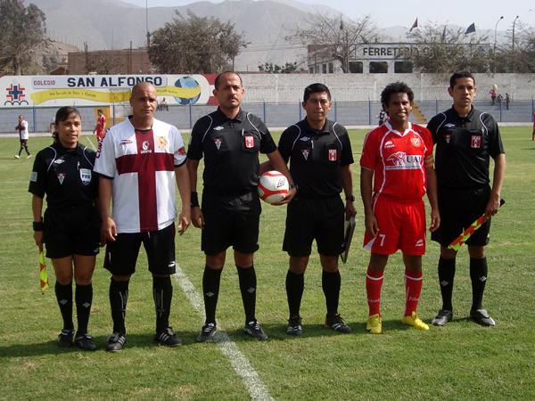 CON PREVIA INCLUIDA. Giuseppi Ramos y Marcos Portilla ejercen la capitanía de sus elencos y posan para la foto respectiva. (Foto: Paul Arrese / DeChalaca.com)