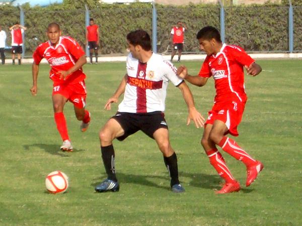 EL MÁS CERCADO. Gustavo Vasallo maneja el esférico pero ya hay dos jugadores en la marca. (Foto: Paul Arrese / DeChalaca.com)