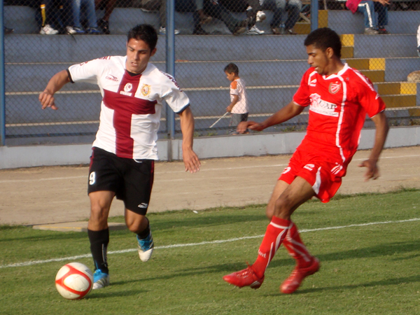 HABÍA PARA MÁS. San Marcos tenía esperanzas para encontrar el gol triunfal; sin embargo, la defensa de Acosvinchos ya le cerraba las opciones. (Foto: Paul Arrese / DeChalaca.com)