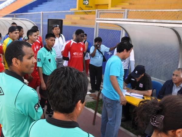 APURADOS. Árbitros y jugadores solo esperaban que el Walk Over se decrete para irse. Lamentable lo ocurrido en el Basadre de Tacna. (Foto: Radio Uno de Tacna)
