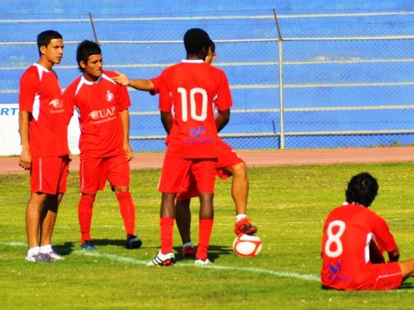 SIN RIVAL. Los jugadores de Bolognesi, a quienes también les deben, hacen presencia en el campo para cumplir con el protocolo. (Foto: Radio Uno de Tacna)