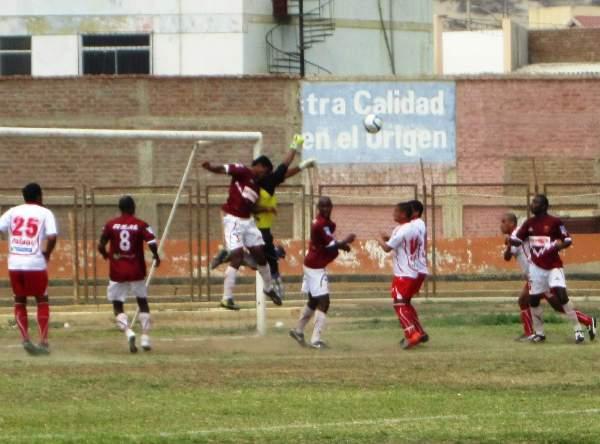 NO SE DEJA VENCER. Bolívar salta con todo y despeja un balón pese a la presencia de Jesús Ramírez. (Foto: Diario La Hora de Piura)