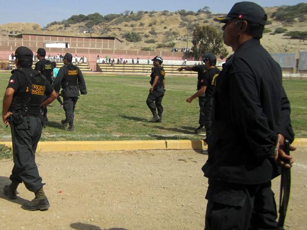 PARA MEJORAR. Varios efectivos policiales estuvieron presentes en el Campeonísimo de Talara para salvaguardar la seguridad.  (Foto: Diarion La Hora de Piura)