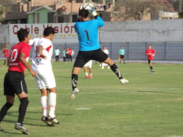 PARA LA FOTO. Así saltó Gallegos para contener un balón que pretendía ser conectado por Cavero. (Foto: Aldo Ramírez / DeChalaca.com)