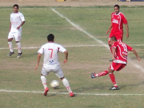 CUAL INGENIERO. Narvarte intenta realizar un milimétrico pase desde la mitad de la cancha ante la mirada de Vidal. (Foto: Aldo Ramírez / DeChalaca.com)