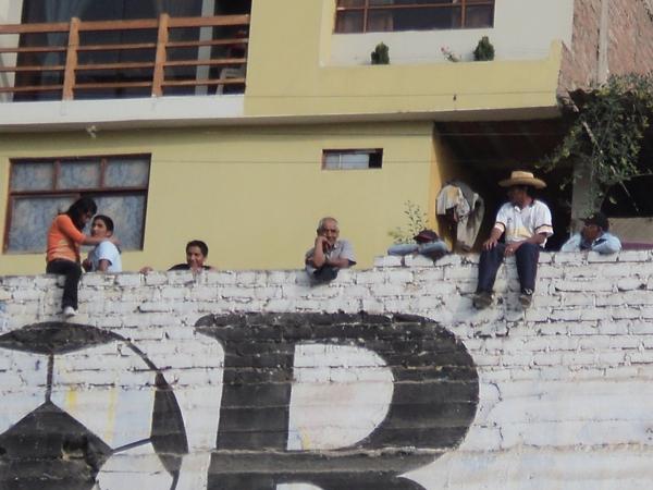 VISTA PRIVILEGIADA. Algunas personas vieron de esta manera al partido entre Acosvinchos y Bolognesi. (Foto: Aldo Ramírez / DeChalaca.com)