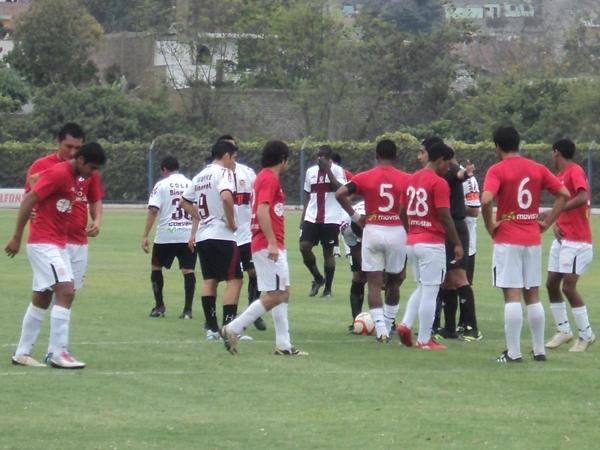 CONSTRUYEN UNA MURALLA.  Instante preciso en el cual los jugadores del U de América se alistan para formar una barrera. (Foto: Aldo Ramírez / DeChalaca.com)