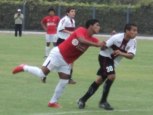 LE TOMARON LA MANO. Ventura supo ganarle el duelo a Colán, quien fue totalmente neutralizado. (Foto: Aldo Ramírez / DeChalaca.com)