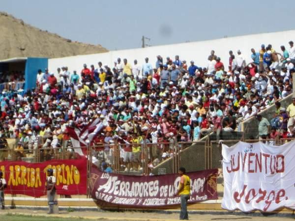 LA HINCHADA ESTÁ PRESENTE. Las tribunas del Campeonísimo lucieron abarrotadas de simpatizantes del 'Taladro'. (Foto: Diario La Hora de Piura)