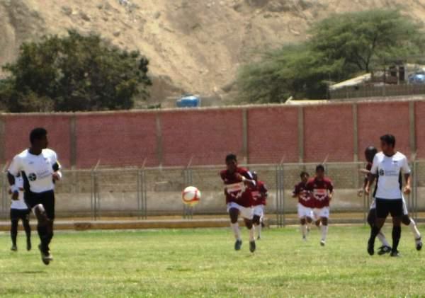 VA POR ELLA. Farfán se presta a buscar un balón ante la pasividad de Chávez, quien solamente observa la trayectoria del balón. (Foto: Diario La Hora de Piura)