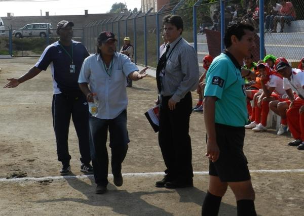 EL BÁRBARO. Lisandro Barbarán le reclama a Marco Pianta, cuarto árbitro. El técnico de Bolognesi estuvo hepático. (Abelardo Delgado / DeChalaca.com)