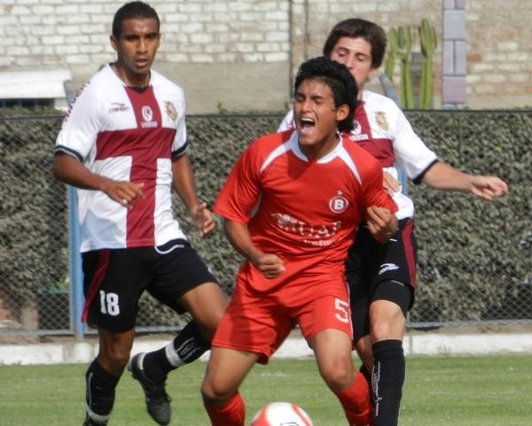 SIENTE LA PEGADA. Elvis Rodas se queja por una falta por detrás de Farid Jassaui. (Abelardo Delgado / DeChalaca.com)