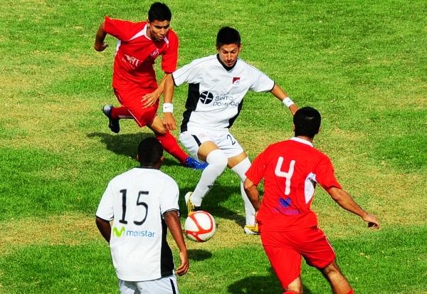 POLO ACTIVO. Junior Vilela se mostró muy participativo en el juego de U América y trajo a mal traer a la defensa tacneña. (Foto: Radio Uno de Tacna)