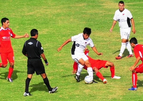 PROBLEMAS DE ESPACIO. Durante los primeros minutos el medio campo lució sobrepoblado de jugadores.  (Foto: Radio Uno de Tacna)
