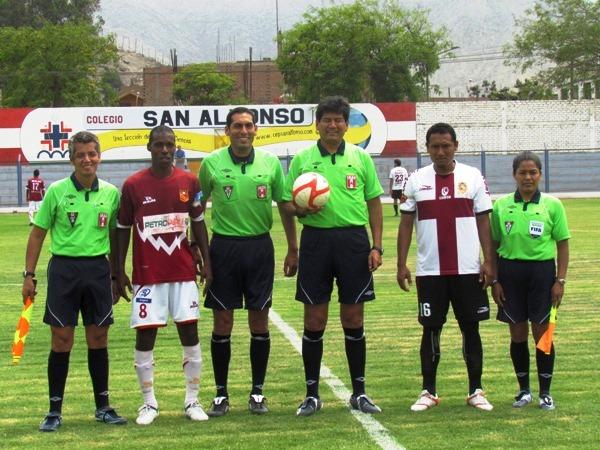 LA DE RIGOR. Albert Caballero y sus asistentes se tomaban la foto inicial junto a los capitanes de San Marcos y Atlético Torino. (José Salcedo / DeChalaca.com)