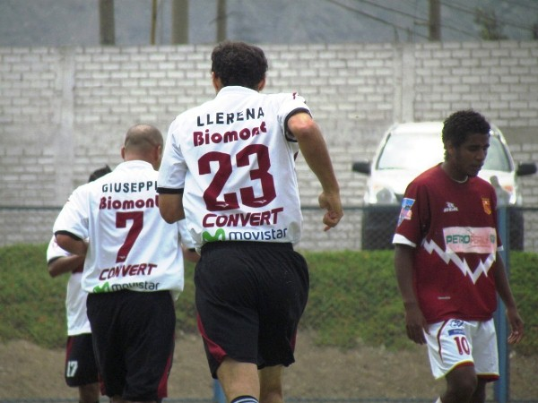 AL TOQUE. Gustavo Vassallo abría el marcador a los 14' con un fuerte remate con derecha. (José Salcedo / DeChalaca.com)
