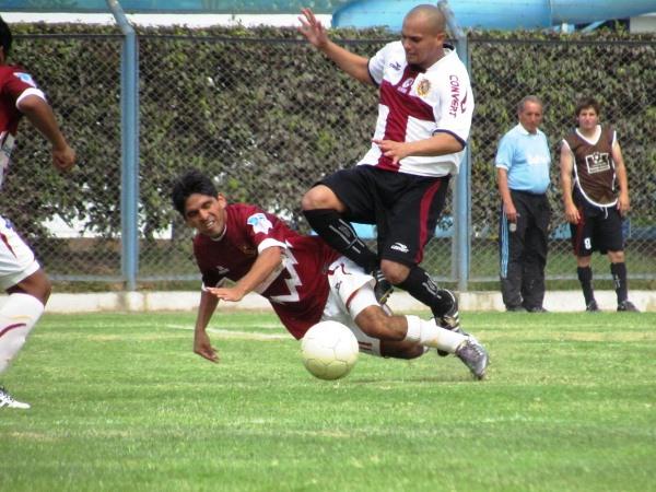 DURO DE ROER. Esta entrada le costó la amarilla sobre los 57' a Giuseppi Ramos. (José Salcedo / DeChalaca.com)