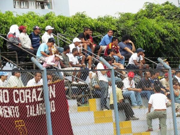 SE APAGÓ. La hinchada solo se dedicaba a ver el partido. Ya no alentaba en Santa Clara. (José Salcedo / DeChalaca.com)