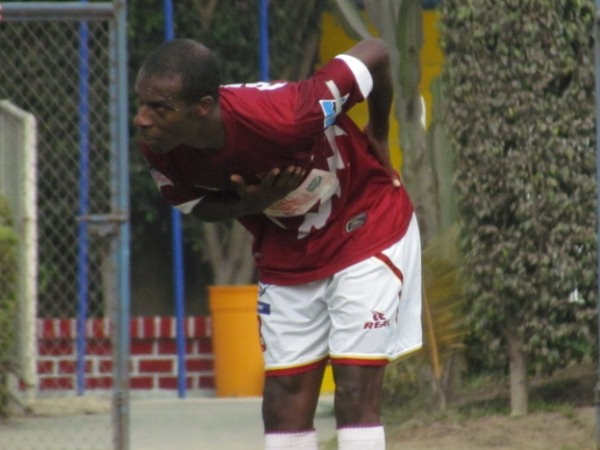 GRACIAS TOTALES. César Charún celebraba de manera elegante el tanto del empate. (José Salcedo / DeChalaca.com)