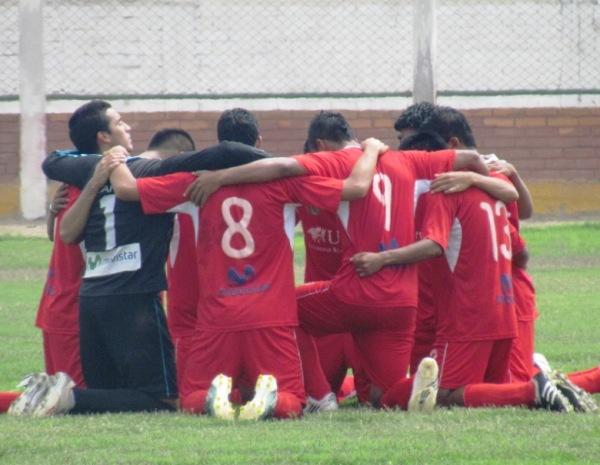 PLEGARIAS DE ÚLTIMA HORA. Antes del inicio del cotejo, los jugadores del 'Bolo' se juntaron para orar. (Foto: José Salcedo / DeChalaca.com)
